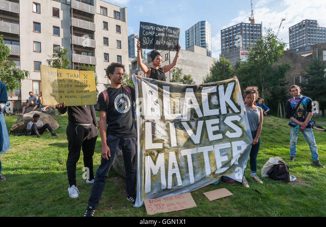 London, UK. 5th Aug, 2016. People pose with placards and the 'Black Lives Matter ' banner at the start of - Stock-Bilder