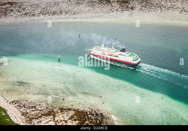 Cruise ship in glacial waters - Stock-Bilder