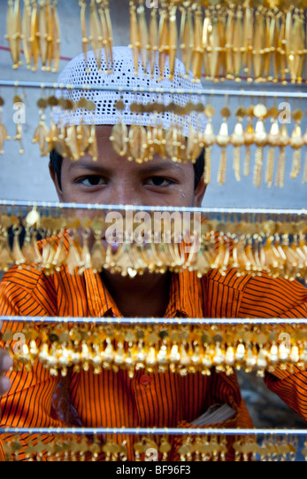Muslim boy selling gold jewelry in Ajmer in Rajasthan India - Stock-Bilder