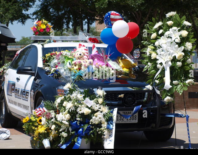 Dallas, Texas, USA. 8th July, 2016. Memorials in front of the the Jack Evans Police Headquarters in Dallas. There - Stock Image