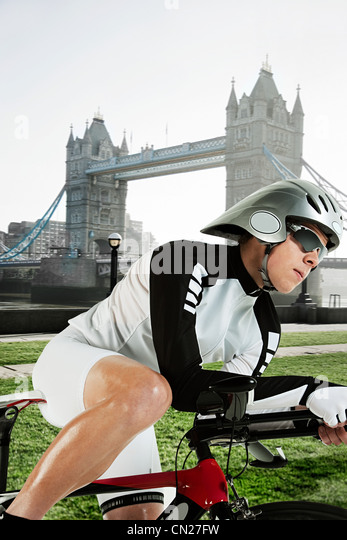 Cyclist with Tower Bridge in background, London, England - Stock Image