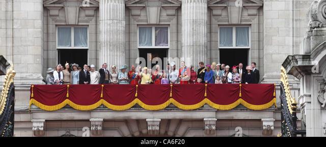 Buckingham palace balcony queen stock photos buckingham for Queen on balcony
