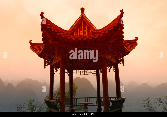 Pavilion with karst hills in mist, Thousand Peaks, Guizhou, China - Stock-Bilder