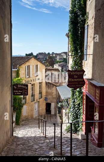 Cobbled street in traditional town of St Emilion, in the Bordeaux wine region of France - Stock Image