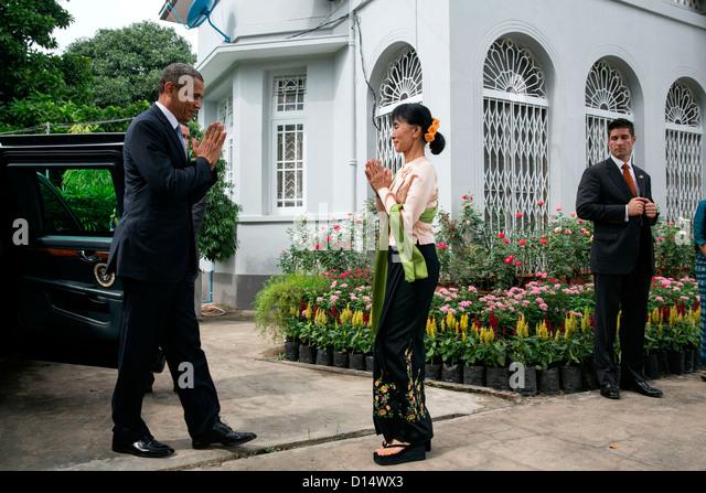 US President Barack Obama greets Burmese Opposition Leader Aung San Suu Kyi during a visit to her private residence - Stock-Bilder