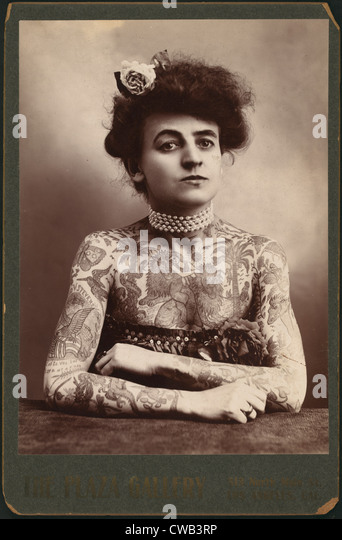 Portrait of a woman showing images tattooed on her body, the Plaza Gallery, Los Angeles, California, 1907. - Stock-Bilder