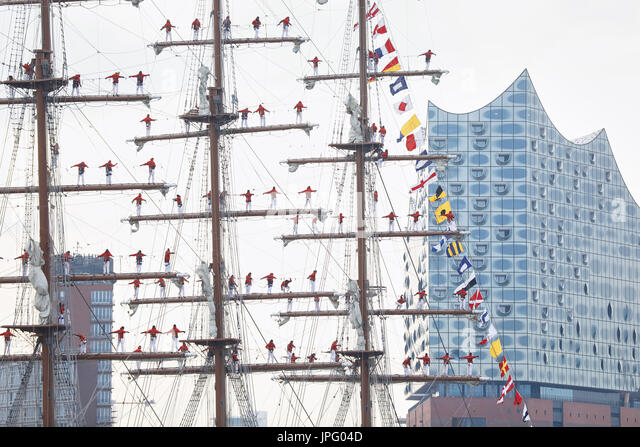 Hamburg, Germany. 02nd Aug, 2017. Cadets stand on the masts of the Peruvian school ship 'Union' as it arrives - Stock Image
