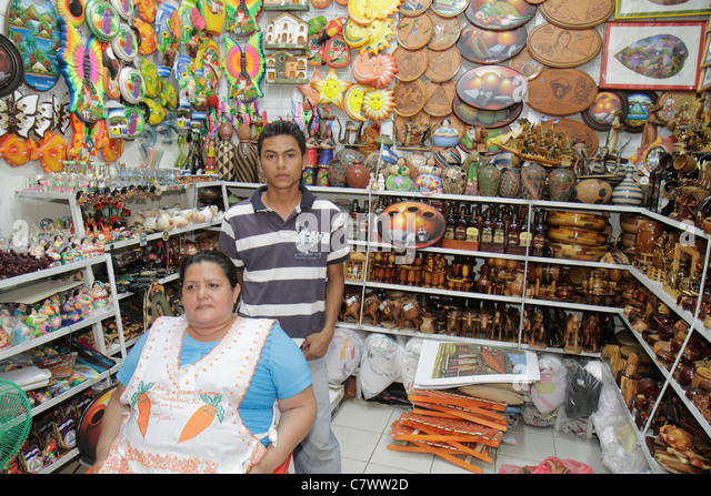 Managua Nicaragua Mercado Roberto Huembes market shopping marketplace family business owner vendor souvenir store - Stock Image