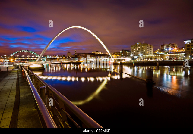 Gateshead Millennium Bridge over the River Tyne, a pedestrian and cycle bridge linking the re-developed waterfronts - Stock-Bilder