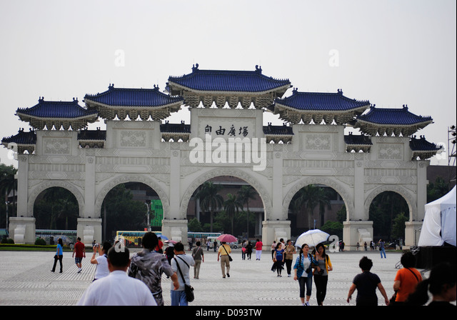 Tourists at CKS (Chiang Kai Shek) memorial Taipei Taiwan - Stock Image