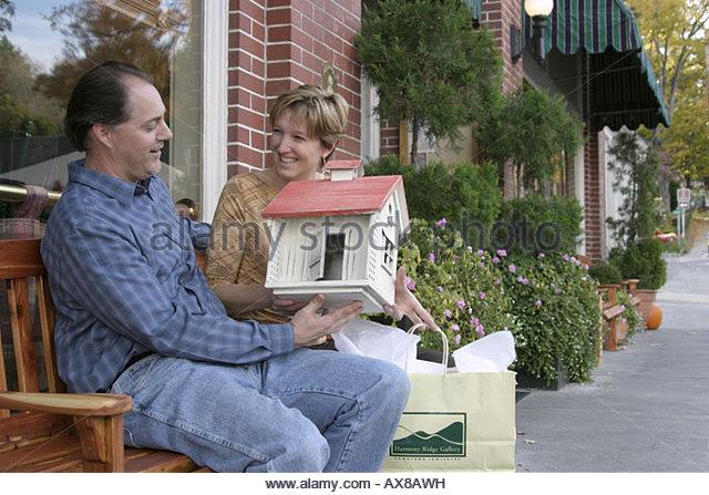 West Virginia Lewisburg Harmony Ridge Gallery couple shopping rose shed birdhouse - Stock Image