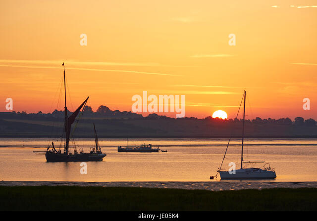 Swale Estuary, Kent, UK. 22nd June 2017: UK Weather. Sunrise lights up boats moored on the Swale Estuary as the - Stock-Bilder