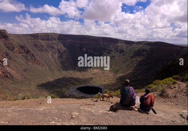 Old man and son waiting to climb down in the soda crater to dig for salt, near Moyale, on the Ethiopian Kenyan border, - Stock Image