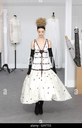 Paris, France. 5th July, 2016. A model wears a creation by German designer Karl Lagerfeld as part of CHANEL fall/winter - Stock Image
