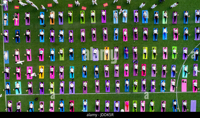 Huaxian, China's Henan Province. 19th June, 2017. Yoga fans practise yoga during an event marking the International - Stock-Bilder