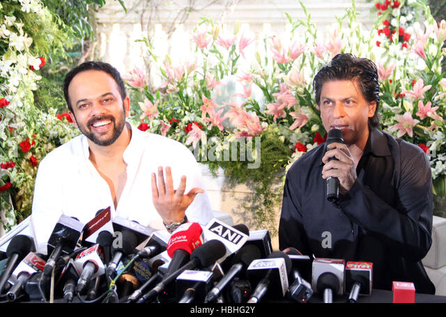 Bollywood actor Shah Rukh Khan speaks while director Rohit Shetty smiles occasion Eid al-Fitr celebration residence - Stock-Bilder