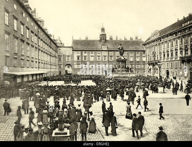 A military parade on Franzensplatz, Vienna.  Ablosung der Burgwache. (Changing of the Guard). Early 20th century - Stock Image