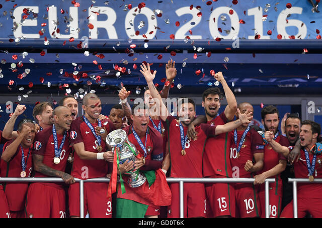 Saint-Denis, France. 10th July, 2016. Cristiano Ronaldo (C) of Portugal lifts the trophy after winning the UEFA - Stock-Bilder