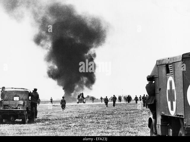 RESCUE SERVICES ATTEND CRASHED PLANE 633 SQUADRON (1964) - Stock Image