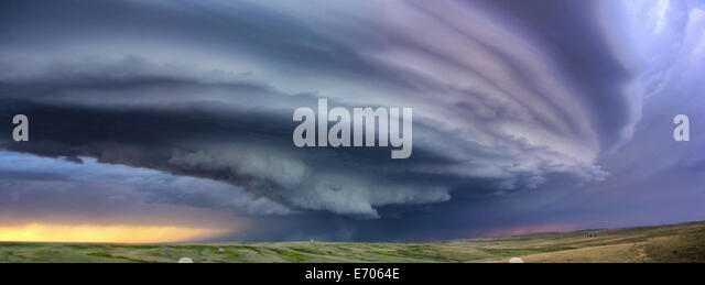 Large arcus cloud around updraft of anticyclonic supercell with sunset colors projected on the cloud, Deer Trail, - Stock-Bilder