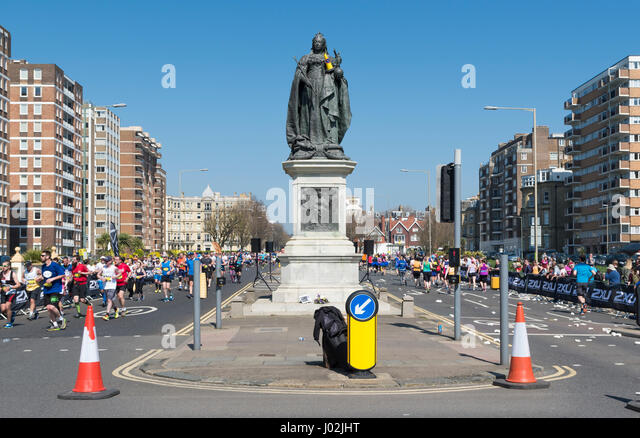 Brighton, UK. 9th Apr, 2017. Grand Avenue, Hove with runners running up and down around a statue of Queen Victoria. - Stock Image