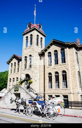 Arkansas Eureka Springs Carroll County Courthouse built 1908 historic stone architecture horse drawn carriage municipal - Stock Image