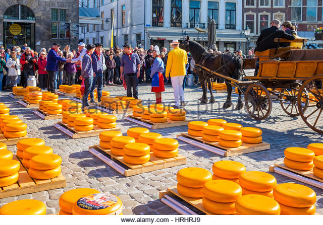 Cheese market on Markt Square in front of Stadhuis Gouda city hall, Gouda, South Holland, Netherlands - Stock-Bilder