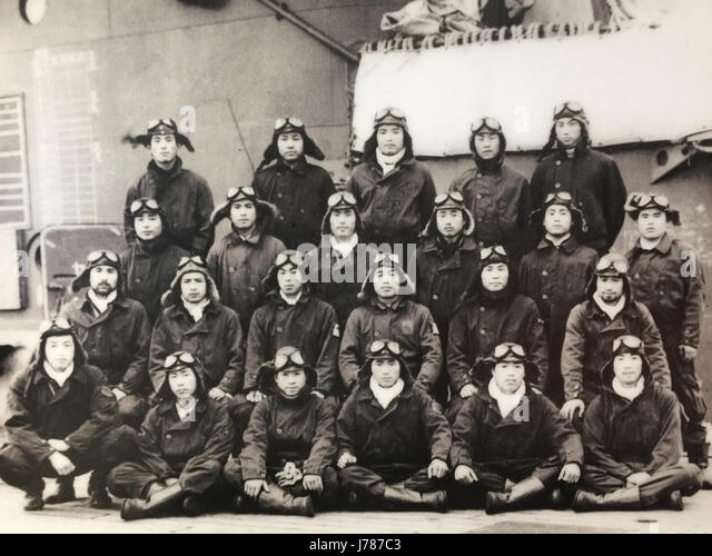 PEARL HARBOUR Lieutenant Masao Sato's fighter unit pose on the Japanese aircraft carrier Zuikaku's flight - Stock-Bilder