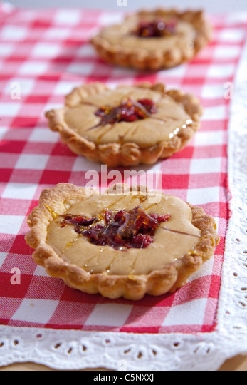 Shortcrust pastry tarts with sweet condensed milk and cranberries - Stock Image