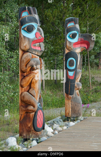 Totem poles with beaver image on the left and eagle image on the right, Tlingit Heritage Center, Teslin, Yukon, - Stock Image