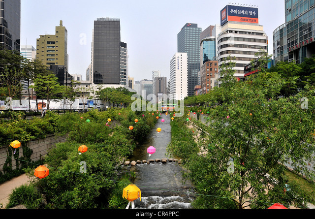 Waterside and greenery of the Cheonggyecheon stream Seoul South Korea - Stock Image