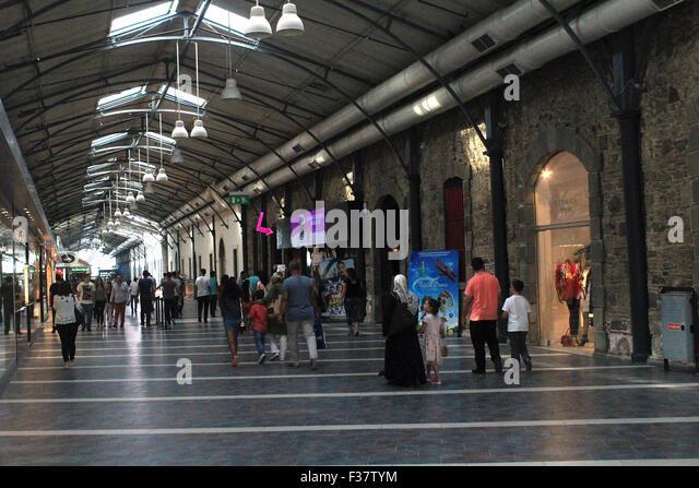 Izmir, Turkey - September 26, 2015: People shopping in old Kemeralt? Bazaar. - Stock-Bilder