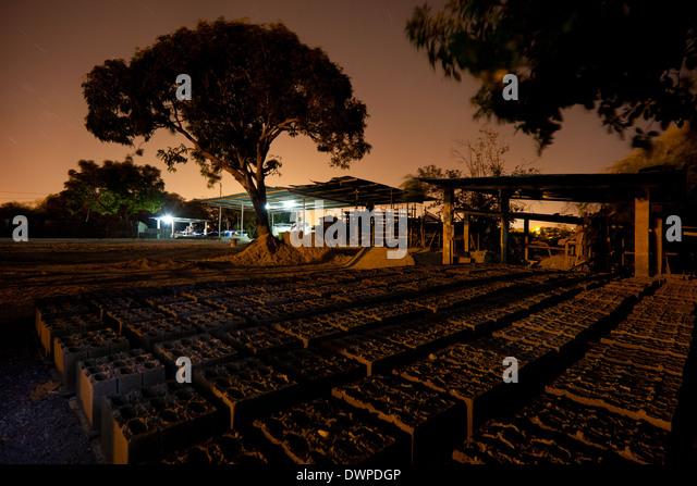 Night at the construction materials plant Industrias Gordon S.A. in Penonome, Cocle province, Republic of Panama. - Stock-Bilder