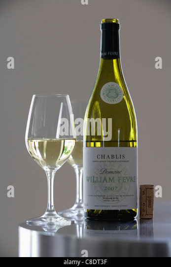 Bottle and glass of Chablis, Fèvre Domaine - Stock Image
