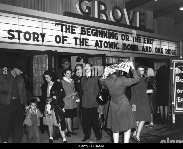 Movie theater marque announcing a movie, 'The Beginning or the End. Story of the Atomic Bomb and Oak Ridge'. - Stock-Bilder