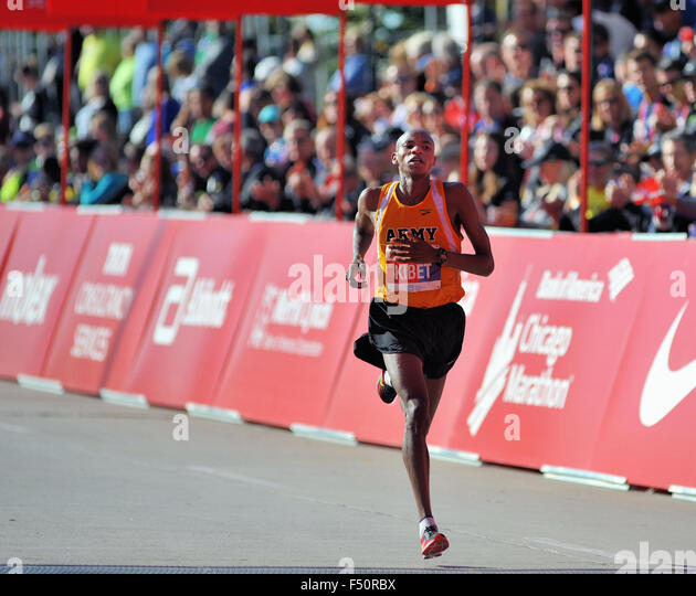 Running in his first marathon event, Elkanah Kibet of the United States approaches the finish line of the 2015 Chicago - Stock-Bilder