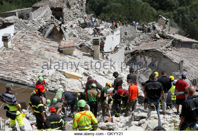 Rescuers work following an earthquake at Pescara del Tronto, central Italy, August 24, 2016. REUTERS/Remo Casilli - Stock-Bilder