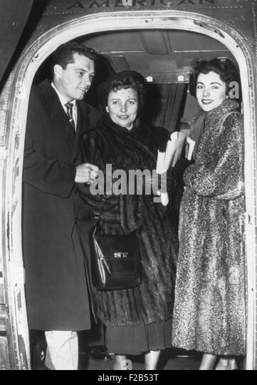 Elizabeth Taylor (right) and her fiance, Nicky Hilton Jr. arrive in Chicago with her mother. March 2, 1950. - (BSLOC - Stock-Bilder