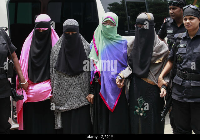 Dhaka, Bangladesh. 16th Aug, 2016. Members of Bangladesh's Rapid Action Battalion (RAB) force escort four female - Stock Image