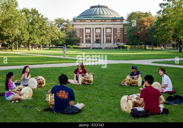 Illinois Urbana-Champaign University of Illinois campus Asian student man woman teen boy girl playing drum drums - Stock Image