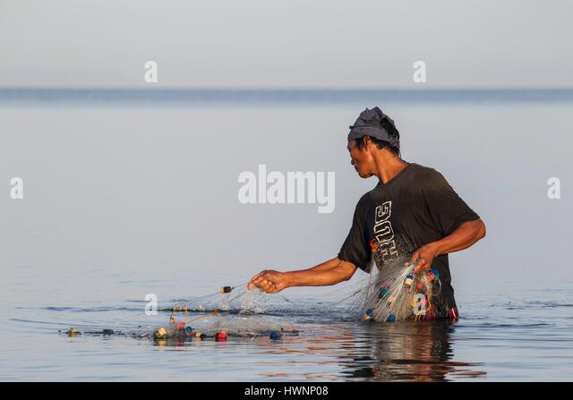 Philippines, Luzon, Sorsogon Province, Donsol, fisherman using fishnet at sunrise - Stock-Bilder