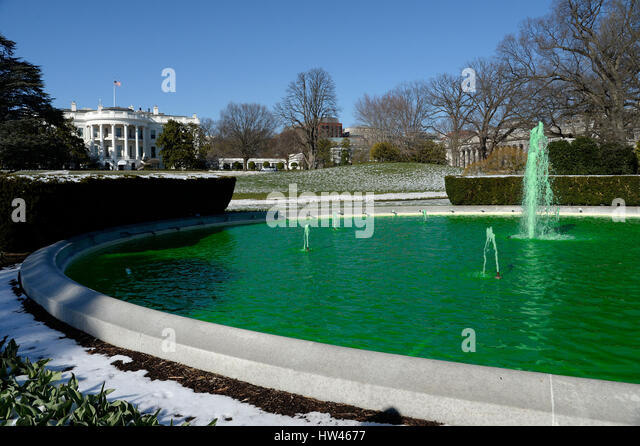 Washington, DC. 16th Mar, 2017. Fountain on the South side of the White House is dyed green for St. Patrick's - Stock-Bilder