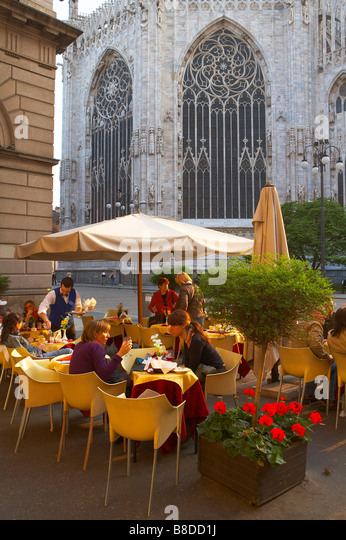 a cafe scene on the Corso Vittorio Emanuelle II, behind the Duomo, Milan, Lombardy, Italy. (NR) - Stock Image