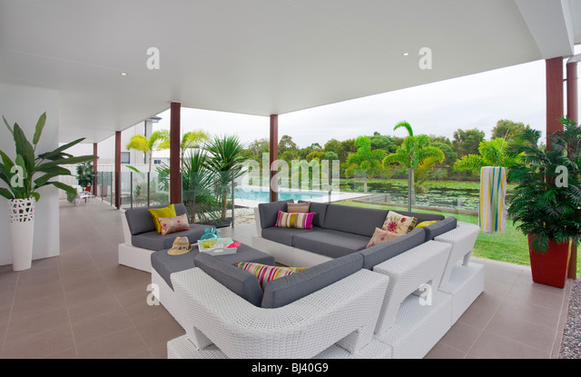 home patio entertainment area with pool in background - Stock-Bilder