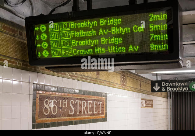 Subway train arrivals schedule shown on a digital readout at East 86th Street station - Stock-Bilder