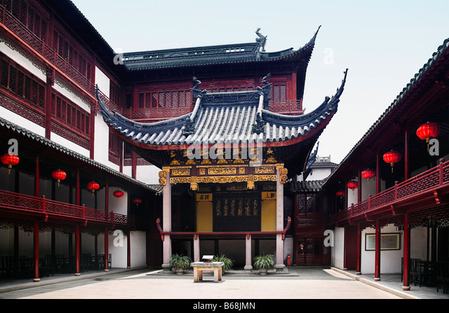 Courtyard of a building, Yu Yuan Gardens, Shanghai, China - Stock Image