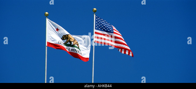 United States and California State flags flying against clear blue sky - Stock-Bilder