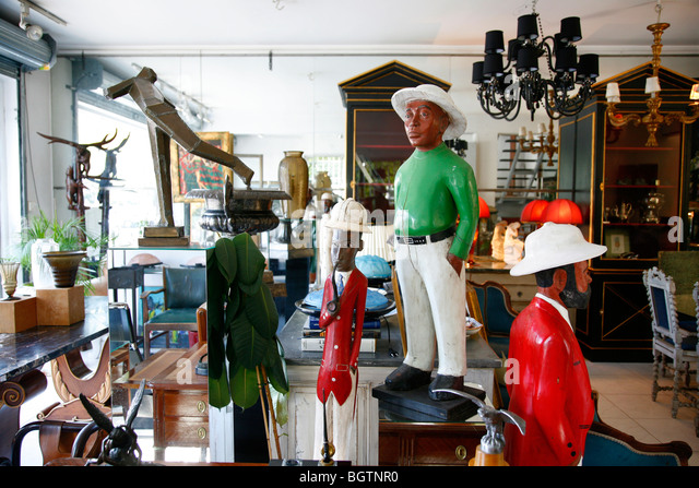 Antique shop in L'Isle sur la Sorgue, Vaucluse, Provence, France. - Stock-Bilder