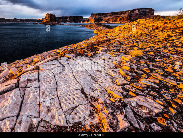 Tesellated pavemnet rocks and Lake Powell Buttea, Glen Canyon National Recreation Area, Utah - Stock-Bilder