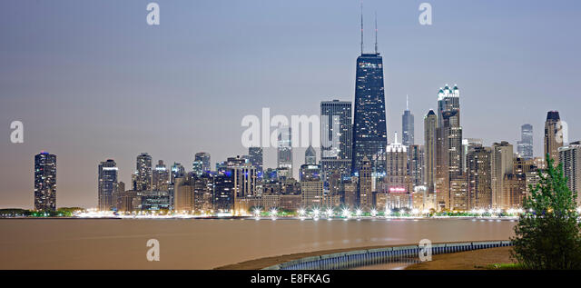 USA, Illinois, Cook County, Chicago, Chicago skyline at night - Stock Image